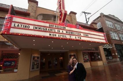 Jose Octavio y Alexandra ante el cine en el que se exhibió el documental en Bloomington