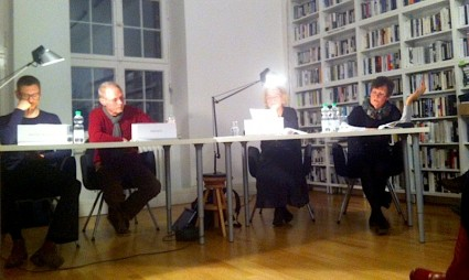Un Theaterbrunch en Berlín. Hedda, primera a la izquierda, leyendo un texto de Gabi Ochoa. Foto de G.O.