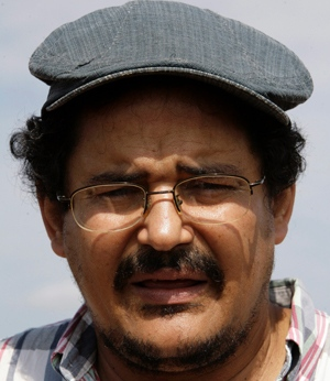 Humberto Ríos. Enla foto principal, en el campo con agricultores cubanos.