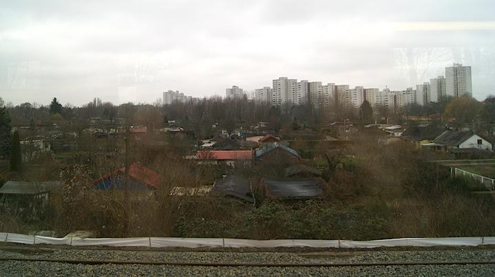 """Escenario de un """"parque"""" de huertos urbanos al Este de Berlín. Foto tomada desde un tren de cercanías al aeropuesto de Schoeneweide."""