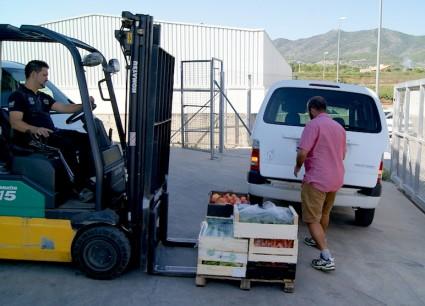 Isidro carga su furgoneta en el almacén para su frutería de Játiva.
