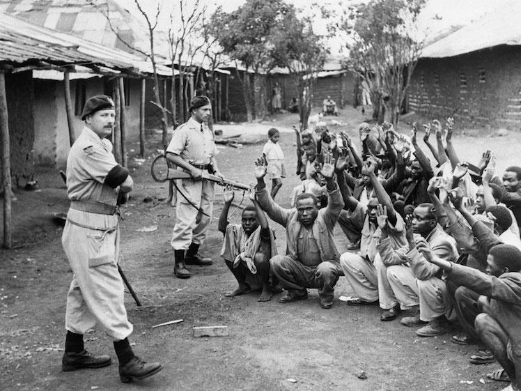 Nativos keniatas detenidos por la policía colonial británica. Doto tomada de www.independent.co.uk