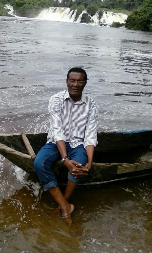 El autor Inongo-Vi-Makomé, a la orilla del río Lobe de Camerún, el único que desemboca en el mar mediante una catarata, y que forma parte de la novela.