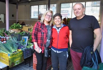 Félix Segarra con Susana Ferrando y Maika Costilla en el mercat del Grau