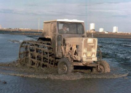 Tractor fangueando en la Albufera. Fotografía de Wikipedia