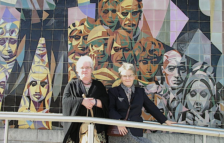 Teresa Renau y Marta Hofmann ante uno de los murales de Halle. Ambas están retratadas en él.