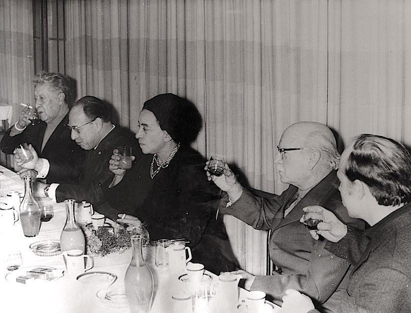 Comida o cena hjomenaje a Siqueiros en Berlín. A la derecha está Reuter, luego Renau, luego la esposa de Siqueiros, después un funcionario de la RDA y a la izquierda el muralista mexicano. Foto archivo Ernst Reuter