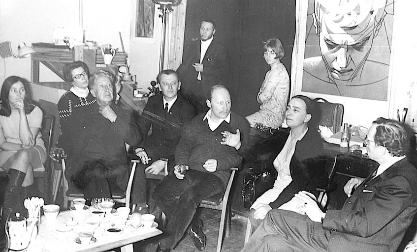 La esposa de Siqueiros se dirige a la audiencia, compuesta por Reuter, Waltraud Schwarze (la chica de gafitas), Reuter y otros alumnos colaboradores de Renau. Foto tomada posiblemente por el mismo Renau, que no aparece en el cuadro, procede del archivo de Ernst Reuter.