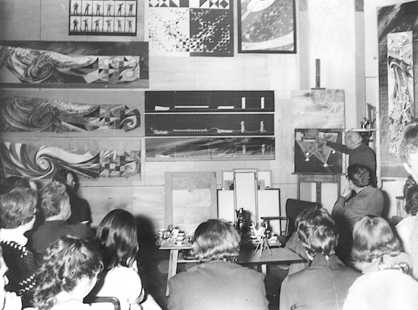 Una clase práctica de Renau en el taller de la fábrica de gas. Foto archivo Ernst Reuter