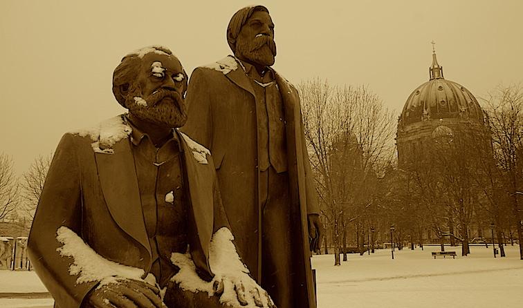 Marx y Engels impertérritos en el invierno Berlinés, con la catedral a la izqiuerda