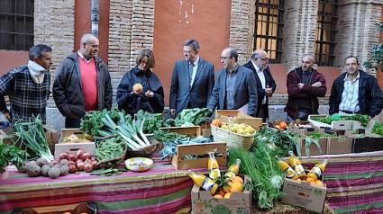 La tercera desde la izquierda, Elena Cebrian, consellera de Agricultura, a su izquierda, Ximo Puig, presidente de la Generalitat. Las autoridades se comprometen con los agricultores que les rodean. Foto F.B.