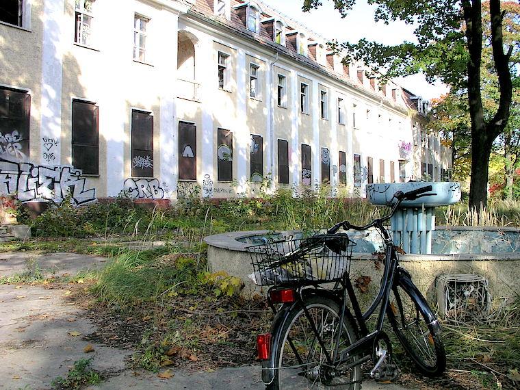 Estado de uno de los cuarteles soviéticos de Karlshost en octubre de 2006. Foto del autor.