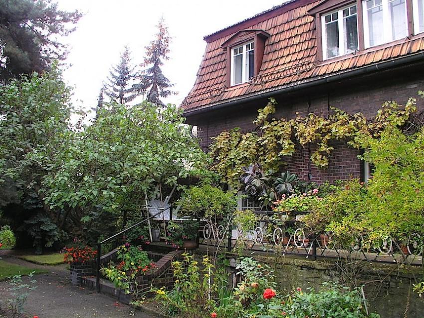 Estado actual de la primera casa de Renau en Karlhorst. En su día estaba cubierta de hollín y el jardín no tenía quien lo cuidara.