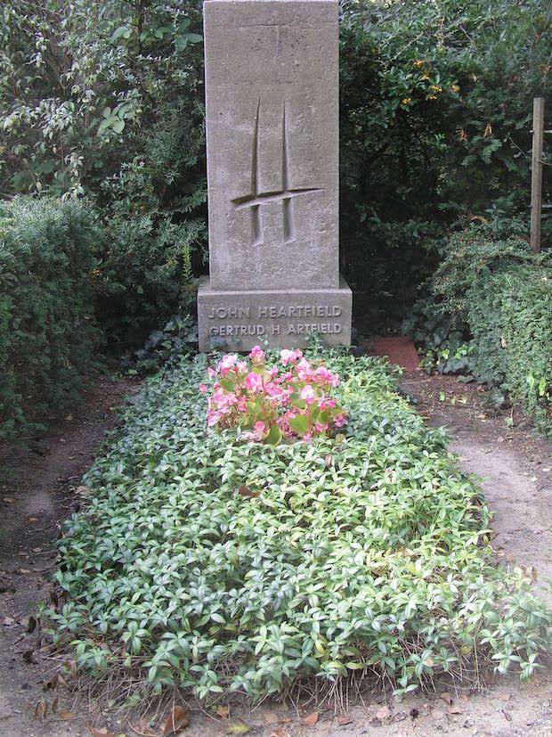 Tumba de John Heartfield, en el cementerio de , el mismo en el que está enterrado Bertold Brecht