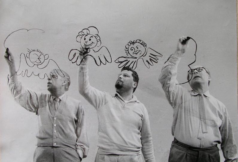Renau y otros dos dibujantes, haciendo caricaturas para la televisión de la RDA en 1958