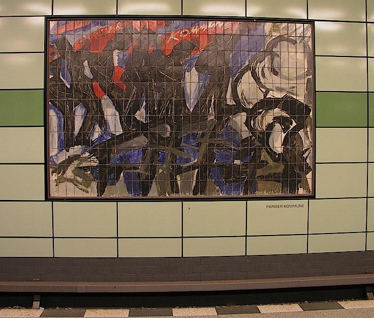 """La Comuna de París, pequeño mural en la estación de metro de Magdalennesstrasse (bajo el cuartel general de la Stasi), ejemplo de """"formalismo""""...y de mal gusto. Foto de FB 2006."""