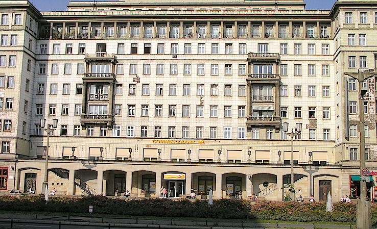 Uno de los edificios de la antigua Stalin Allee, hoy Karl Marx Allee. Este era su estado en 2005. Hoy está reparado. Foto F.B.