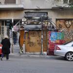 Un kiosko quemado en una de las batallas, en la calle Stournari.