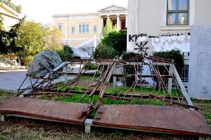 Monumento a la masacre de 1973 en la EScuela Politécnica de Atenas