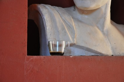 Un detalle de la Escuela Politécnica. Ofrenda de café a un busto clásico