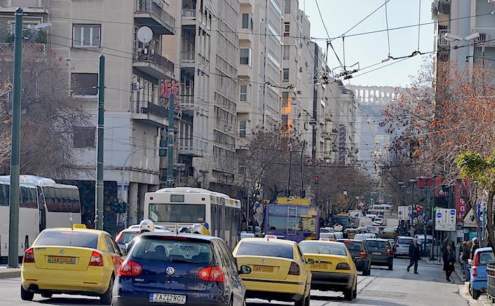 La calle 28 de octubre. Al fondo, indiferente a la modernidad y a la crisis del euro, la Acrópolis