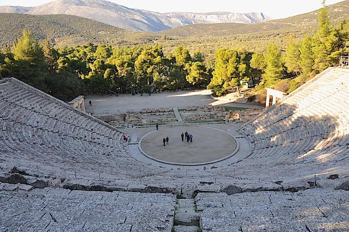 Teatro de Epidauro, en el Peloponeso. Tápese la parte inferior de la fotografía, y el paisaje puede ser de Alicante o de Gerona.