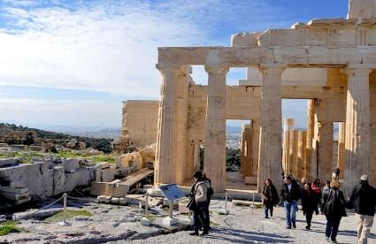 Ruinas del Erecteion, a la entrada de la Acrópolis. Al fondo, el golfo de Elefsina, donde se halla da isla de Salamina, donde los persas perdieron una batalla que Heródoto convirtió en histórica.