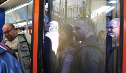 Ciudadanos griegos en la estación de Metro de Thision, en la línea del Pireo. Podían salir de un vagón de Metro en Vallecas o en Aluche.