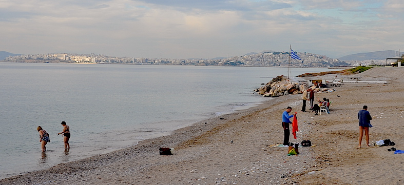 Una playa del golfo de Sarónica, en Voula, tomada  el 6 de diciembre.
