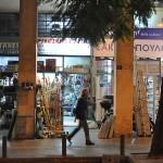 Una cacharrería, una ferretería y una droguería de las que venden aerosoles. Calle Atenas, cerca de la Acrópolis.