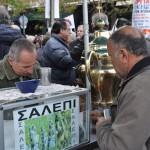 Un vendedor de Saleni (¿?) en la plaza de Omonia, durante la manifestación.