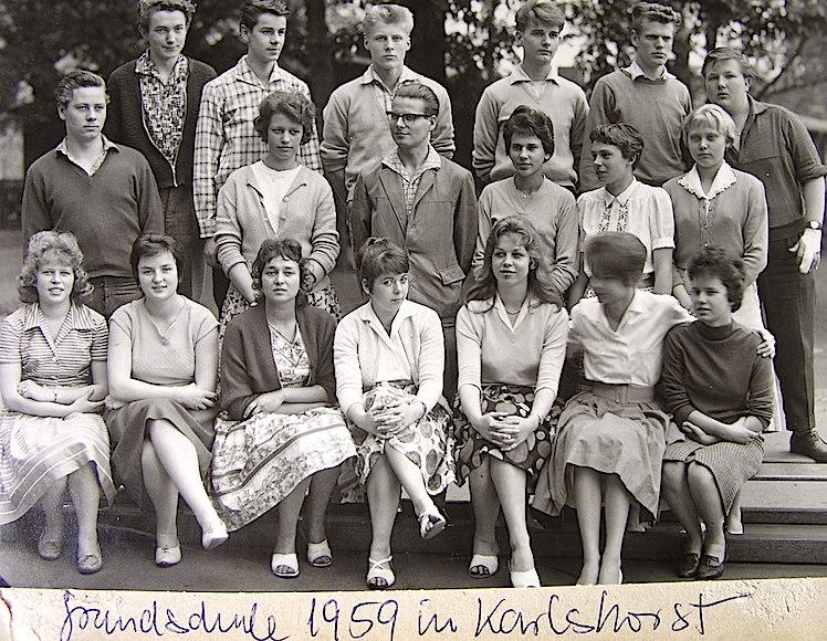 Teresa, la primera a la derecha, sentada, con sus nuevos compañeros de colegio alemanes.