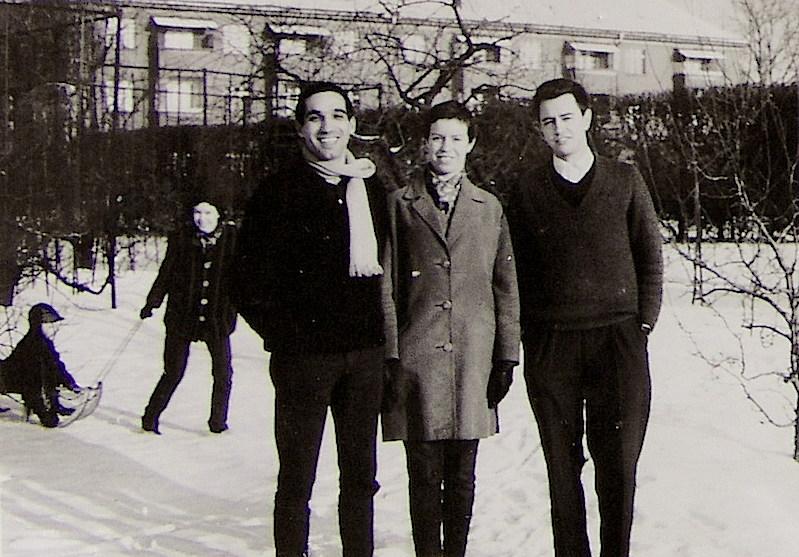 Teresa entre Totli, a su izquierda, y Francisco Expresate, su cuñado, en el invierno berlinés.