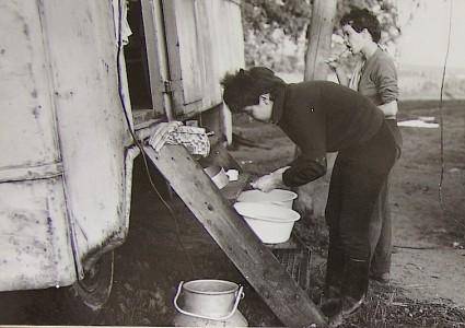 Teresa y una compañera durante una estancia en una granja colectiva. Al cabo de un año, los hermanos estaban por completo integrados en la RDA, aunque la vida mexicana siguiera siendo una referencia jubilosa para ellos.