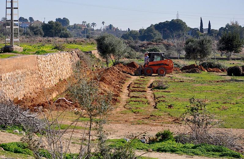 Preparando la tierra en el Mas de Fondo de Montcada, en l'Horta Nord de Valencia.