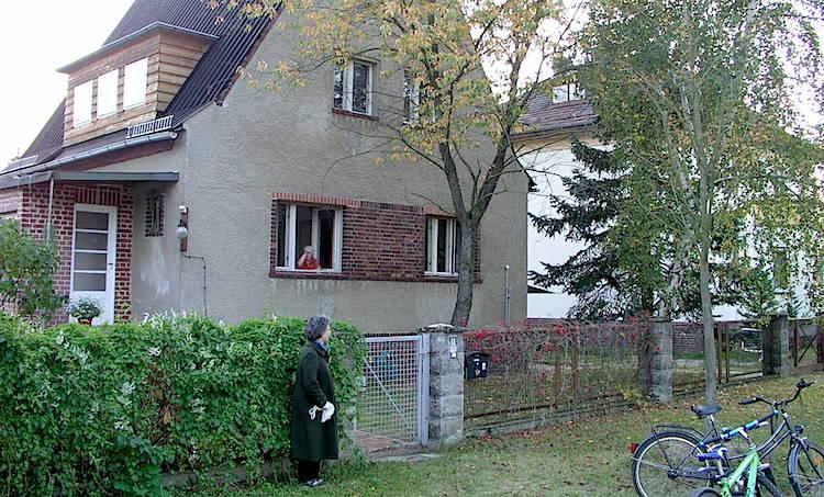 La nueva casa de Renau en Kastanienallee, hoy habitada por Teresa Renau (en la ventana), y donde Marta Hofmann  (en la puerta) paso parte de su juventud