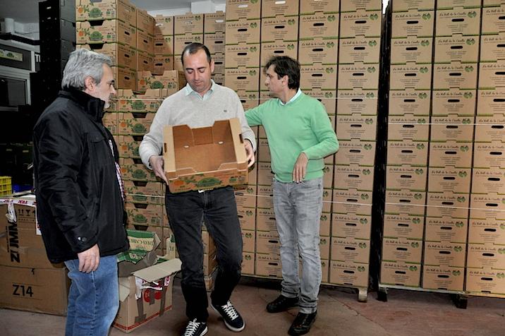 Santiago Castillo, Alfred Rubio y Afons Domínguez en el Mercado de Abastos de Alzira.