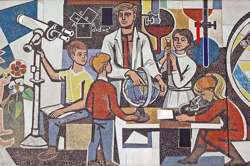 Fragmento del mural de la Casa del Maestro en Berlín, obra de Womacka.