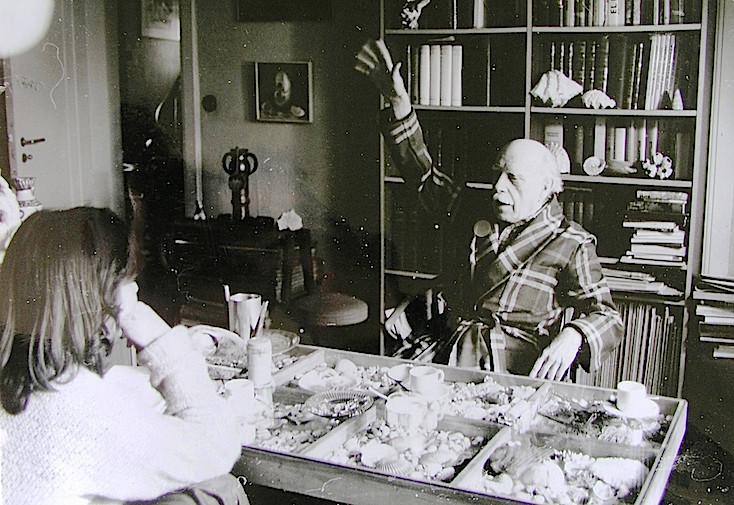 Renau entrevistado en su casa de Kastanienallee por una periodista española.
