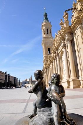 Al fondo de esta plaza del Pilar se instala todos los sábados el mercadillo ecológico y de artesanía.