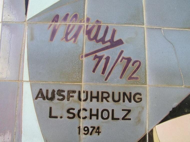 Firma de Renau y del ceramista en los murales de Halle