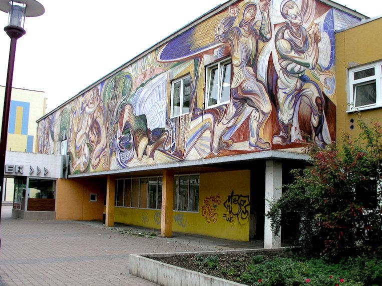 Una muestra comparativa. Mural de autor desconocido (para el autor de esta biografía) en una biblioteca pública del mismo barrio de Erfurt, a cosa de quinientos metros del mural de Renau. Quizá hoy también haya pasado a mejor vida, el mural y la biblioteca.