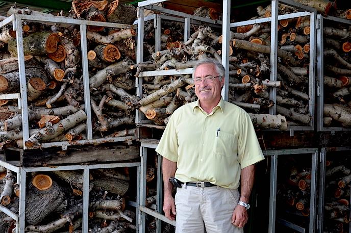 Bernardo emplea leña de naranjo para la combustión que hace funcionar los hornos.