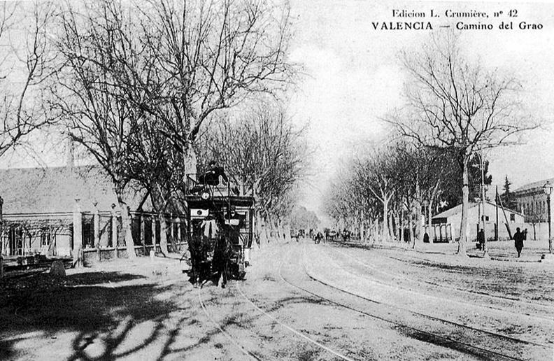 El Camino del Grao, hoy avenida del Puerto, con el tranvía que unía la ciudad con los poblados marítimos. Imagen tomada de Impresiones Intangibles.