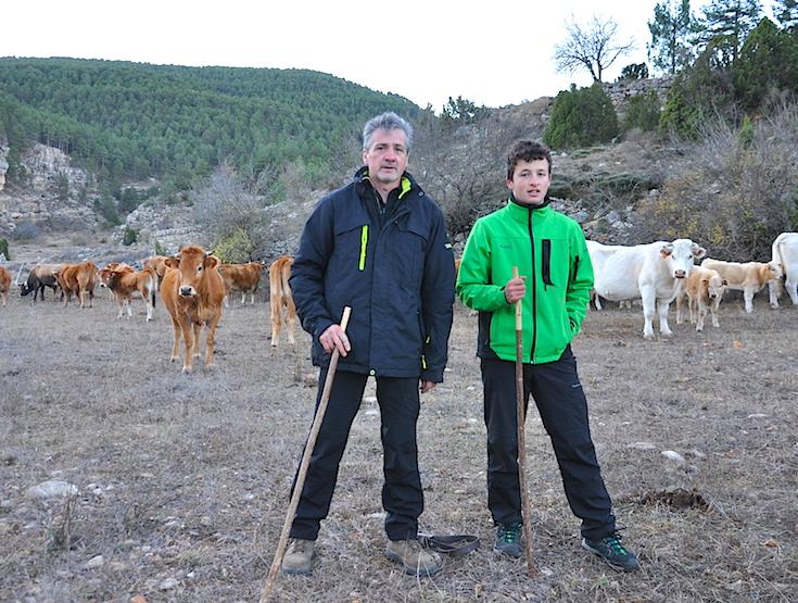 En un cercado o pastor eléctrico cerca de Mosqueruela, antes de partir para Vistabella. Fernando y Abel Robres.