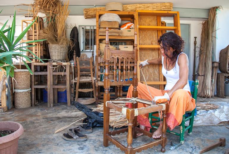 Amparo en su taller artesano. Foto Juanjo Laudes.