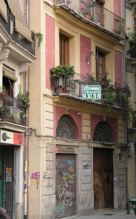 Edificio de la Calle Baja, en el barrio del Carmen de Valencia, donde la familia Renau se trasladó desde el Cabañal.