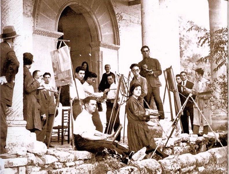Una clase al aire libre en la Escuela de San Carlos de Valencia en los años 20. El futuro pintor Amadeo Roca aparece con gafas en el centro de la foto.