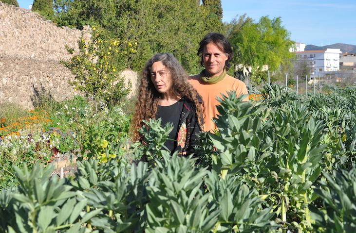 Inma y Carlos, detrás de una plantación de habas.