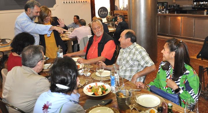 Una de las comidas de las Jornadas. José Luís Porcuna presenta a Maite Chàfer a MIguel Altieri, sentado a la izquierda de Paul Nicholson y a la derecha de su esposa Clara Nicholls.